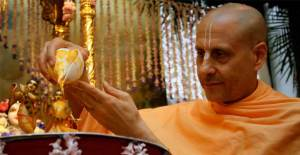Radhanath-Swami-Bathing-the-Lord_e