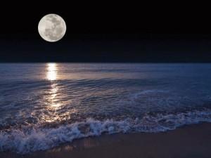 luna-in-piena-notte-sul-mare